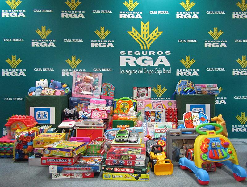 Seguros rga y aldeas infantiles sos reparten 300 regalos for Oficina allianz sevilla